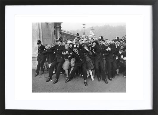 Beatles receiving their MBE's, 1965 - Affiche sous cadre en bois