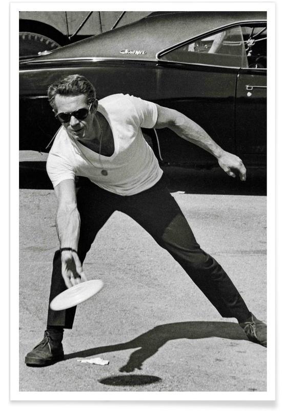 Vintage, Zwart en wit, Steve McQueen Playing Frisbee poster