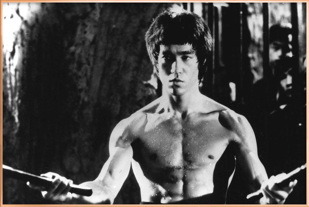 Bruce Lee in 'Enter The Dragon' affiche sous cadre en aluminium