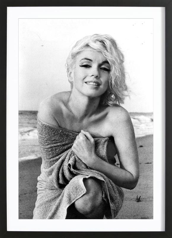 Marilyn Monroe on the sea shore -Bild mit Holzrahmen