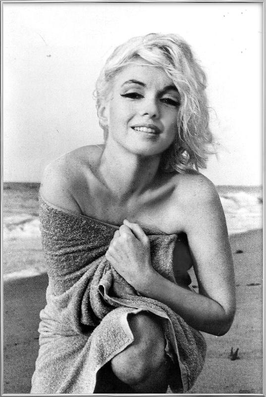 Marilyn Monroe on the sea shore poster in aluminium lijst