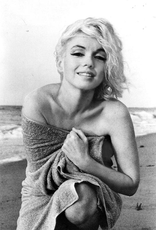 Marilyn Monroe on the sea shore Impression sur alu-Dibond
