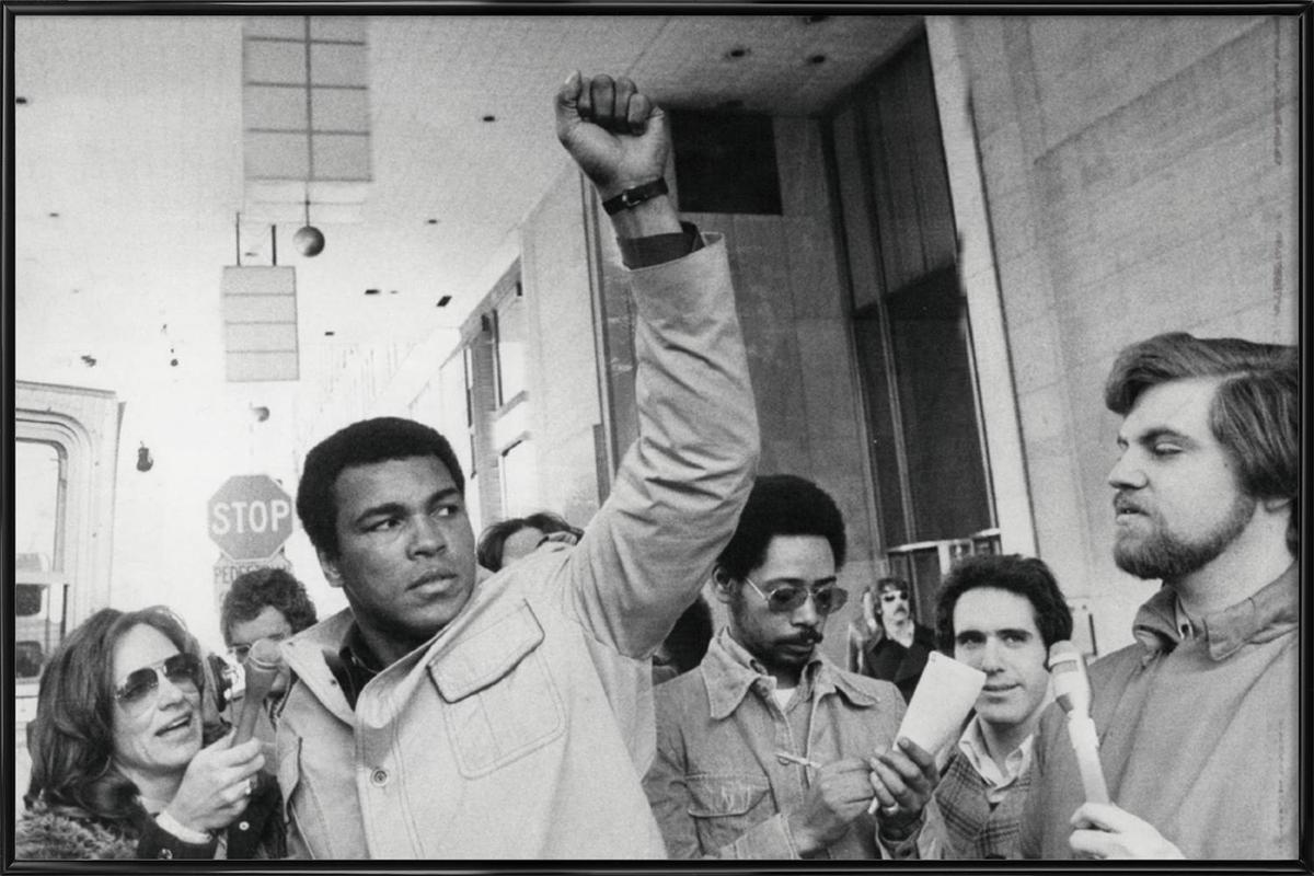 Muhammad Ali raises his Fist affiche encadrée