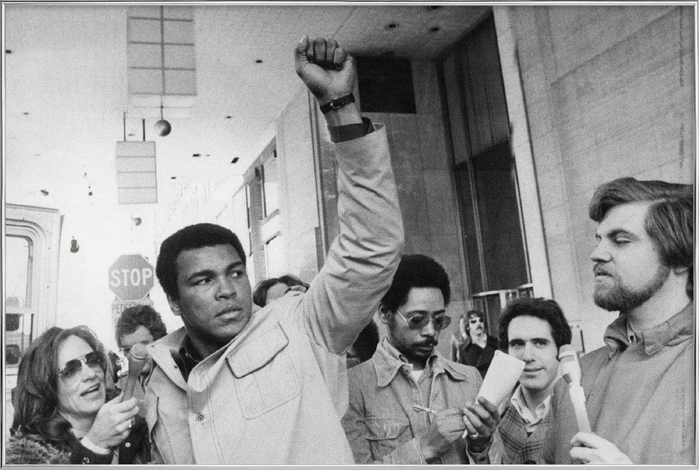 Muhammad Ali raises his Fist Poster in Aluminium Frame