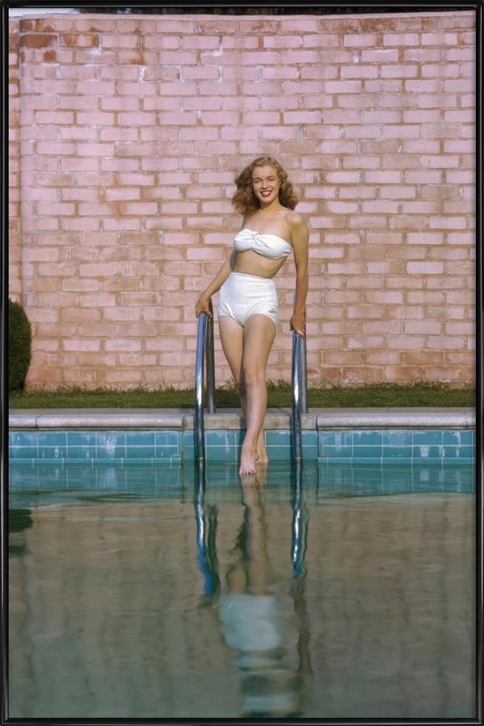 Young Marilyn Monroe Poolside I -Bild mit Kunststoffrahmen