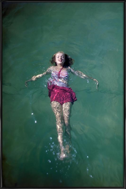Young Marilyn Monroe in the Sea -Bild mit Kunststoffrahmen