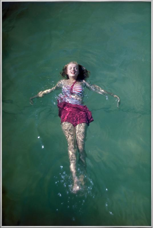 Young Marilyn Monroe in the Sea poster in aluminium lijst