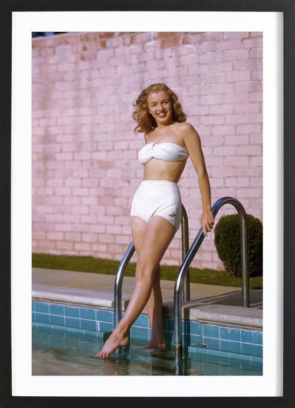 Young Marilyn Monroe Poolside II affiche sous cadre en bois
