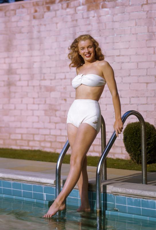 Young Marilyn Monroe Poolside II Impression sur alu-Dibond