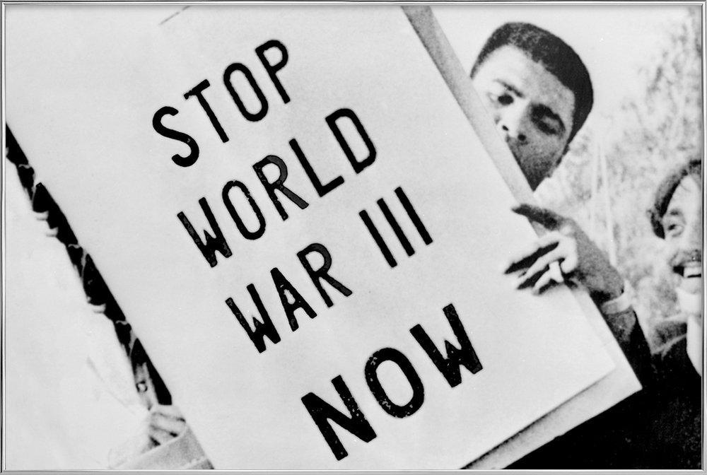 Cassius Clay/Muhammad Ali participates in anti-war demonstration affiche sous cadre en aluminium