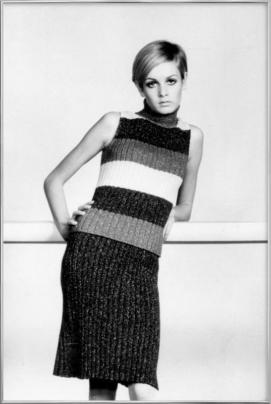Twiggy in a knitted suit poster in aluminium lijst