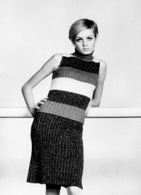 Twiggy in a knitted suit canvas doek