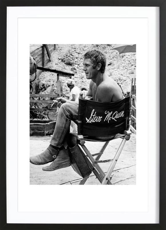 Steve McQueen taking a break, 1966 affiche sous cadre en bois