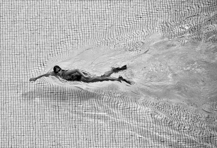 Breaking The Net - C.S. Tjandra -Acrylglasbild