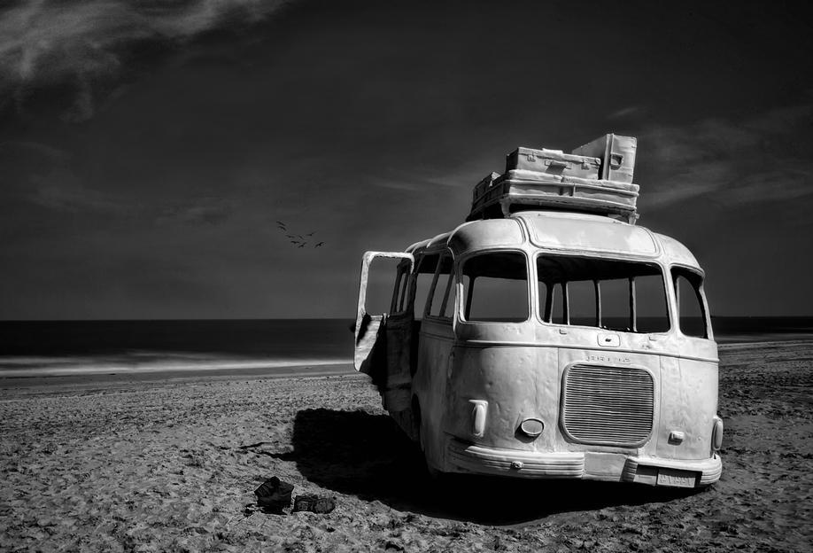 Beached Bus -Acrylglasbild