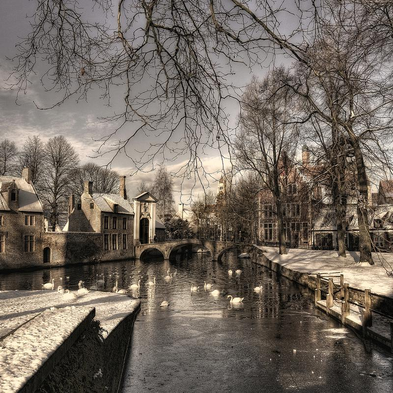 Bruges in Christmas Dress - Yvette Depaepe Impression sur alu-Dibond