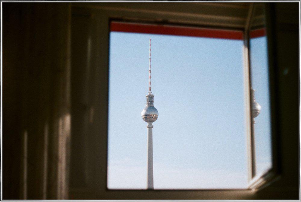 Living in Berlin poster in aluminium lijst