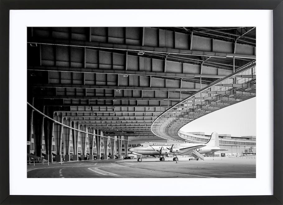 Airplane Hangar -Bild mit Holzrahmen